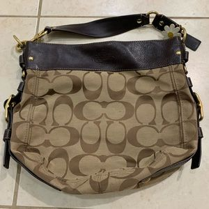 Authentic coach bag. Comes with coach keychain.